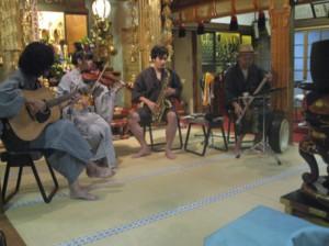 写真左からannie(ギター)、john(フィドル)、 山崎 明(テナーサックス)、tosi(バウロン)。