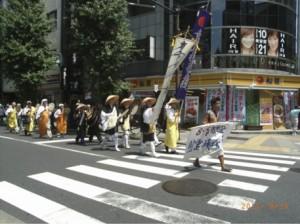 炎天下の中、世界平和を祈念しながら行脚に励む日青会員と日本山の僧侶。