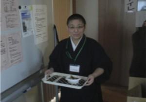 傾聴の様子(上)と、おしるこを運ぶ三井上人(下)。傾聴ボランティアは11月16日から1泊2日の日程で行われました。