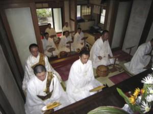 熱のこもる読経の様子。青年会では当番寺院を持ち回りで、月一回の読誦会を行っています。また今年より、読誦会の際は法話と法式を隔月で行い、研鑽を深めています。