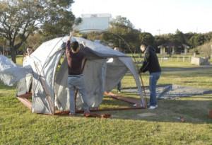 まずはテントの設営から。今回のキャンプ研修では、東京東部の防災部長も参加いただき、研修などを通して交流を深めていきたいと言っていただきました。